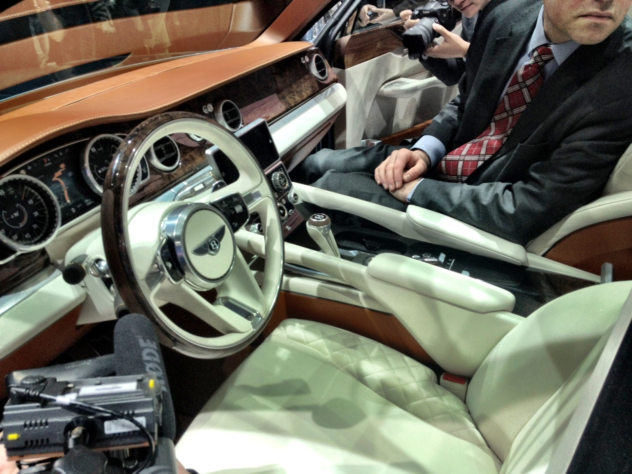 Bentley_EXP9-F_live_01.jpg