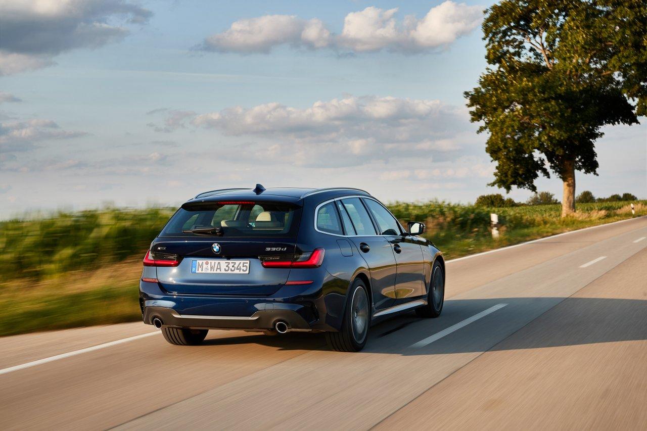 BMW_330d_Touring_G21_01.jpg