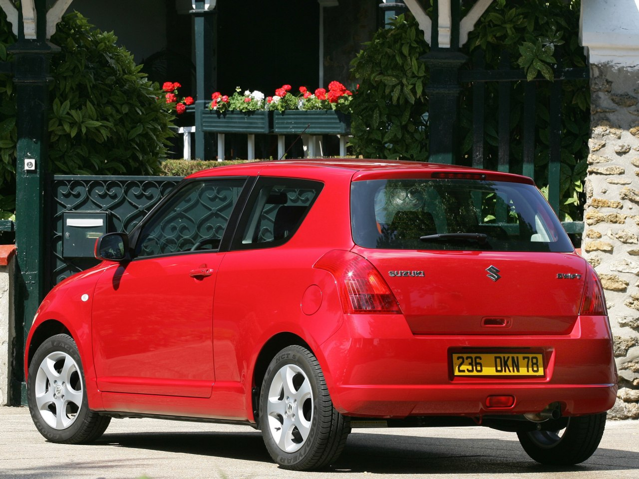 Suzuki-Swift-2005-2010-01.jpg