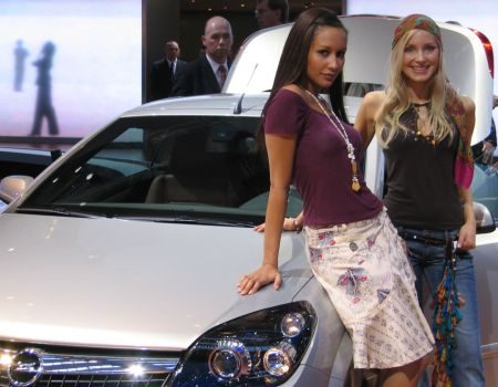 Opel Astra Twintop babes