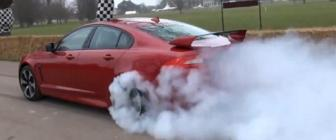 Video: rode Jaguar XFR-S rookt je je bed uit