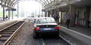 BMW rijdt treinstation binnen