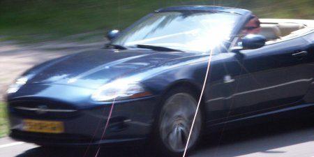 Autoblogger met de vlam in de pijp in de Jaguar XK Convertible