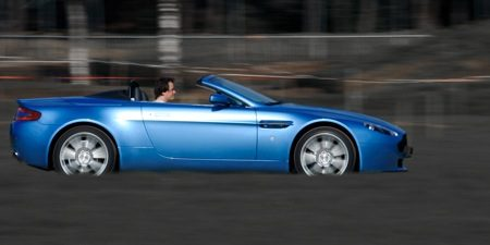 Ook Ruben is cool in een Aston Martin V8 Vantage Roadster