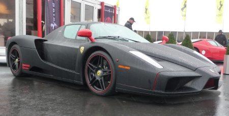 Enzo Ferrari in matzwart