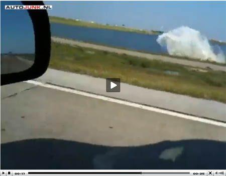 Bugatti Veyron raakt te water