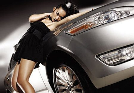 Quynh Thy op een Ford Mondeo