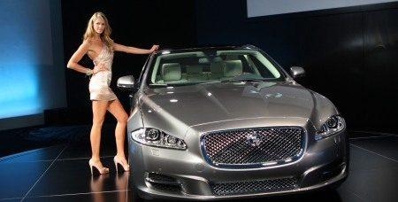 Elle MacPherson met nieuwe Jaguar XJ