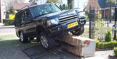 Land Rover op paaltje