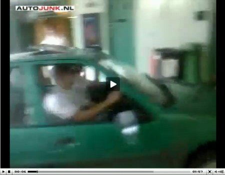 Video: met de auto door de school