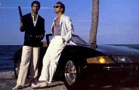 Met een witte broek op een Daytona leunen = gangsta