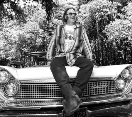 Neil Young op een Lincoln Continental