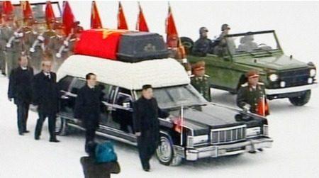 de begrafenisauto voor de dictator</
