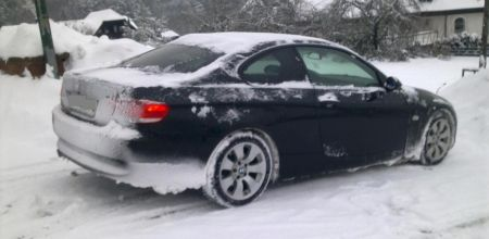 BMW 3-serie coupe in de sneeuw
