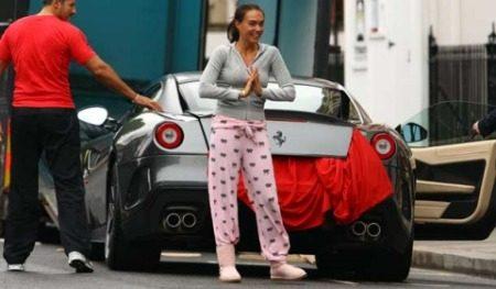 Tamara Ecclestone met haar Ferrari