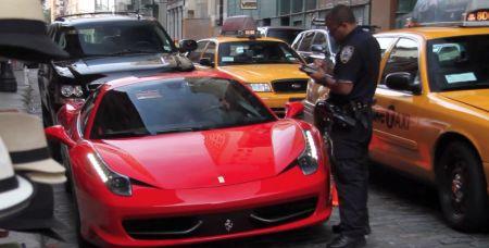 Ferrari rijdt over voet van agent