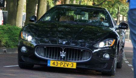 Maserati GranTurismo met een grote plaat