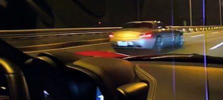 Mercedes SLS schopt Ferrari 458 kont