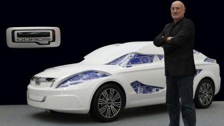 Designer Gert Hildebrand met een Qoros-model