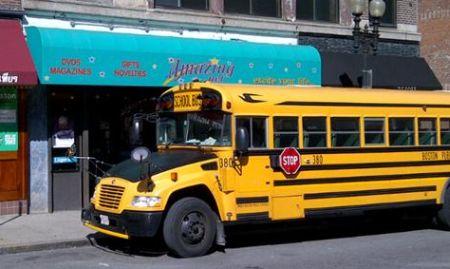 Schoolbus voor striptent