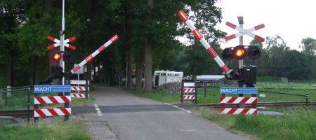 Spoorwegovergang met slagbomen