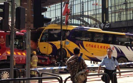 Taxi geplet onder bus