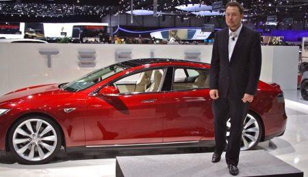 CEO Elon Musk trekt mal gezicht naast Model S