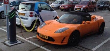 Tesla en Smart aan de laadpaal