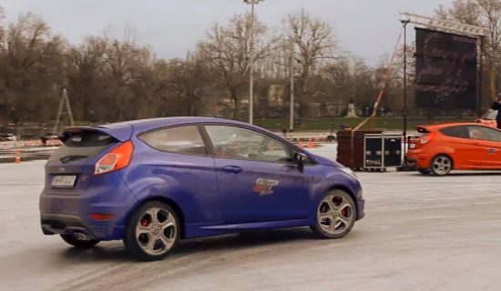 Ken Block in een Fiesta ST op ijs