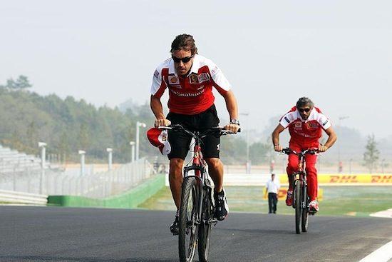 Fernando Alonso koopt wielrenploeg
