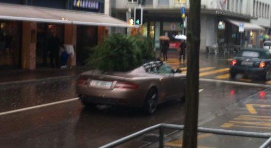 Aston Martin DB9 met kerstboom