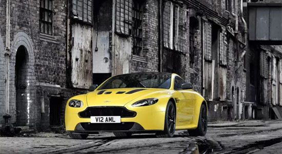 Aston Martin V12 Vantage S is geel