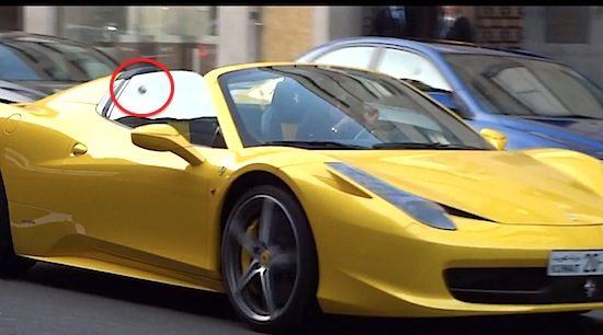 Vrouw in Ferrari krijgt ei naar hoofd geslingerd