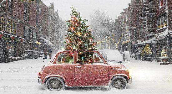 Kleine vroem door de sneeuw met kerstboom