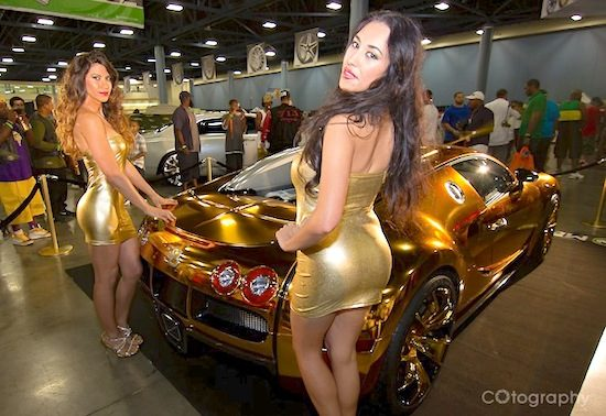 Ontzettend gouden Bugatti Veyron met bijpassende babes