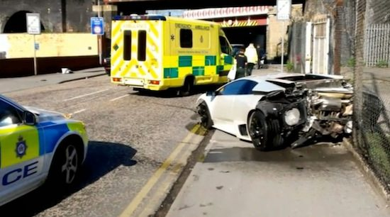 Lambo Murciélago ramt drie auto