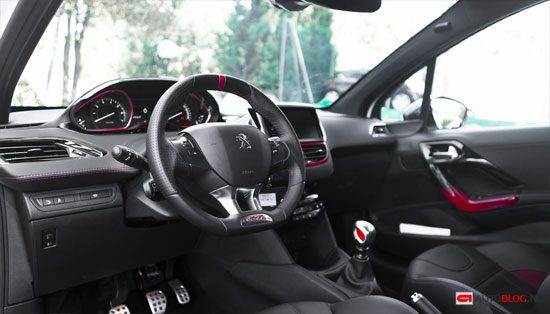 Peugeot 208 gti rijtest en video for Interieur peugeot 208