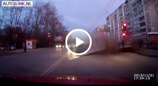 Video: De weg ontploft
