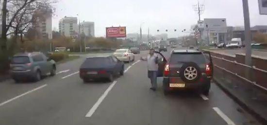 Russische buschauffeur ramt je keihard van de weg. Expres.