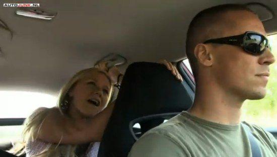 Mooie mensen carpoolen in een Civic Type-R