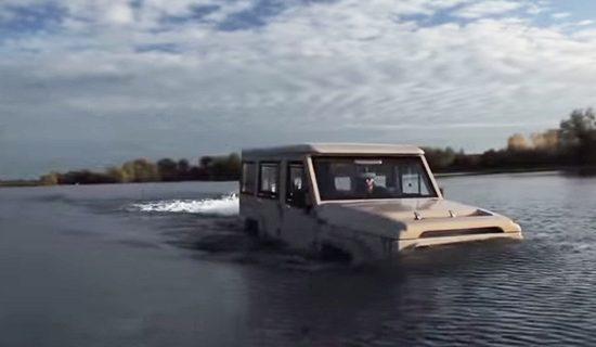 DAT Amphicruiser bedwingt het water
