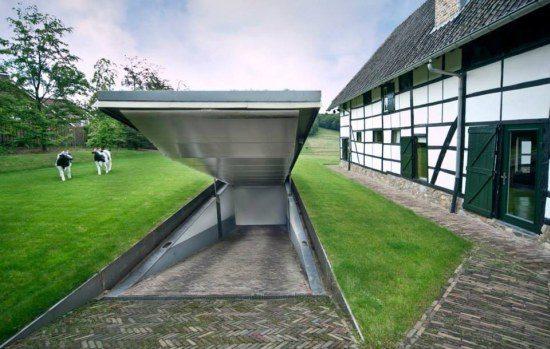 Te koop nl boerderij met ruimte voor een berg supercars for Homes with big garages for sale