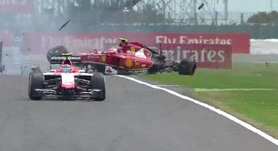 VIdeo: Räikkönen crasht hard in eerste ronde op Silverstone
