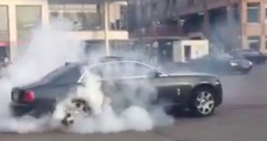 Rolls-Royce Ghost in een rookwolk