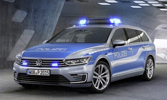 Volkswagen Passat GTE wordt in een politie-uniform geduwd
