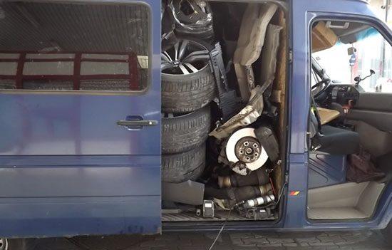 BMW X6 eindigt in busje