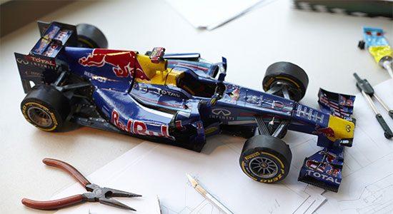 Paul Bischof maakt een Redbull F1 van papier