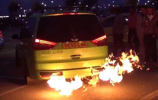 De vlammende Ford Galaxy