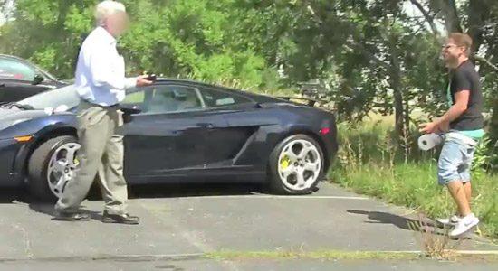 Man poept op Lamborghini