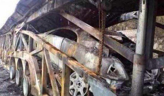 Supercar-trailer met Rolls-Royce Wraith brandt uit